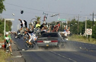 سيارة تدهس دراجين بالقرب من مدينة ابن احمد